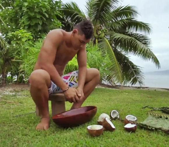 Etape 1 : il faut d'abord raper l'amande de la noix de coco...