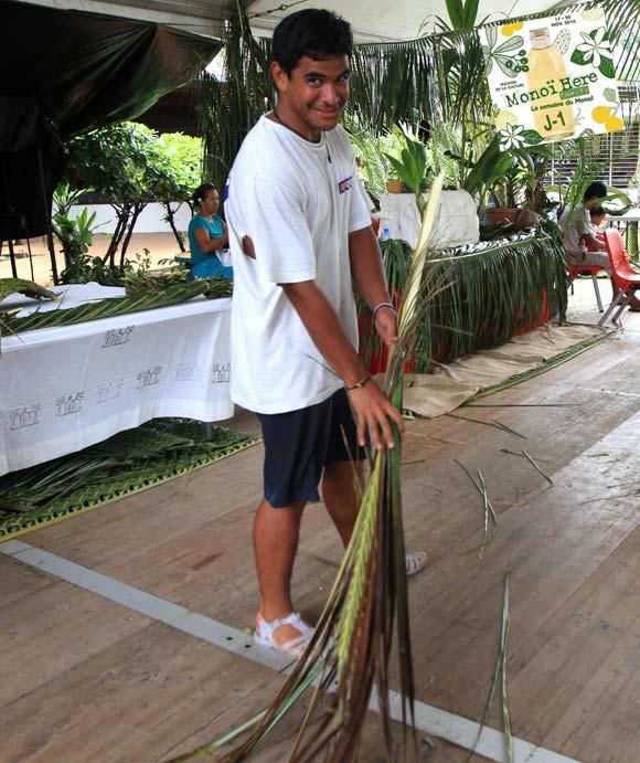 Le balai niau local pour nettoyer son stand © La Boutique du Monoi