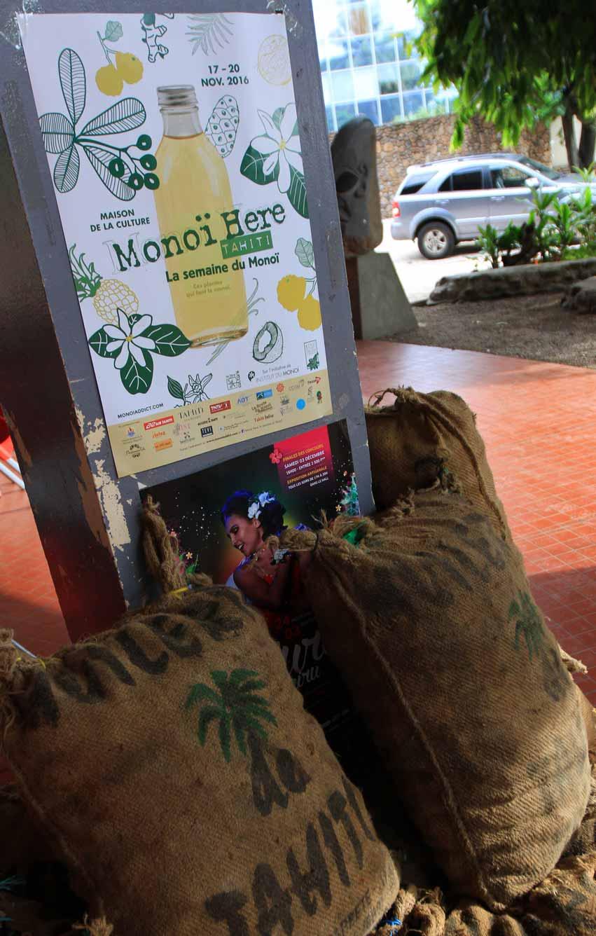 Les sacs de coprah venus des Îles sont déjà là, avant de repartir pour l'huilerie de Tahiti.© La Boutique du Monoi