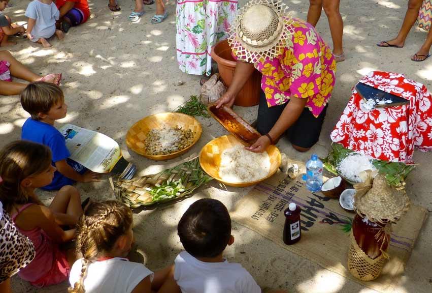Fabrication d'un Monoi traditionnel, démonstration pour tout le monde à la Semaine du Monoï.