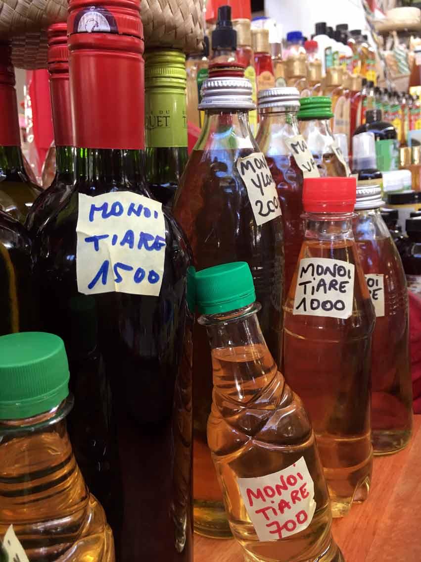 Il suffit d'une visite au marché de Papeete pour constater sur les étals tous ces Monoï traditionnels conditionnés en bouteille de jus de fruits, de boissons gazeuses, de vin, de whiskey… avec un scotch pour indiquer le prix !