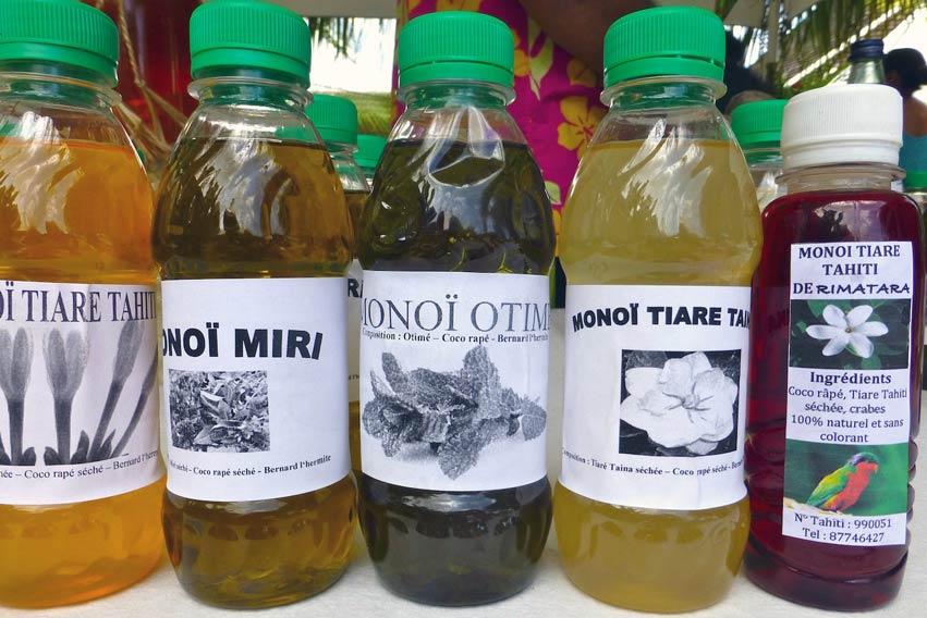 Noix de coco rapée, avec des fleurs, des plantes et des racines, et l'abdomen du Bernard L'hermite pour accélérer sa fermentation et obtenir un Monoï traditionnel.