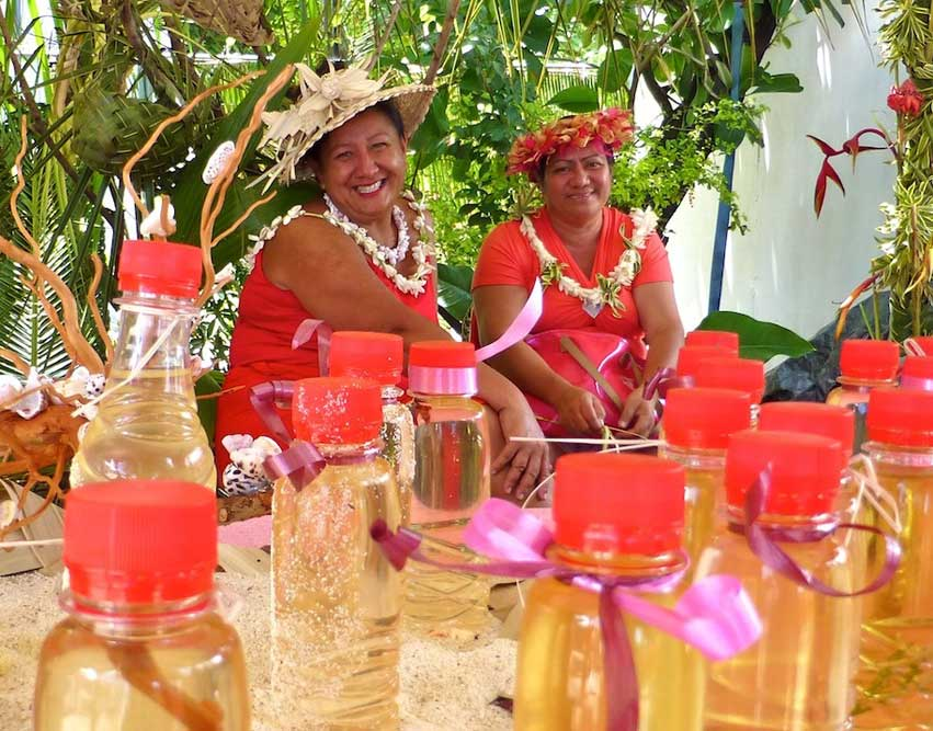 Au stand de l'Archipel des Tuamotu, on a le sourire paumotu devant les Monoï traditionnels des atolls