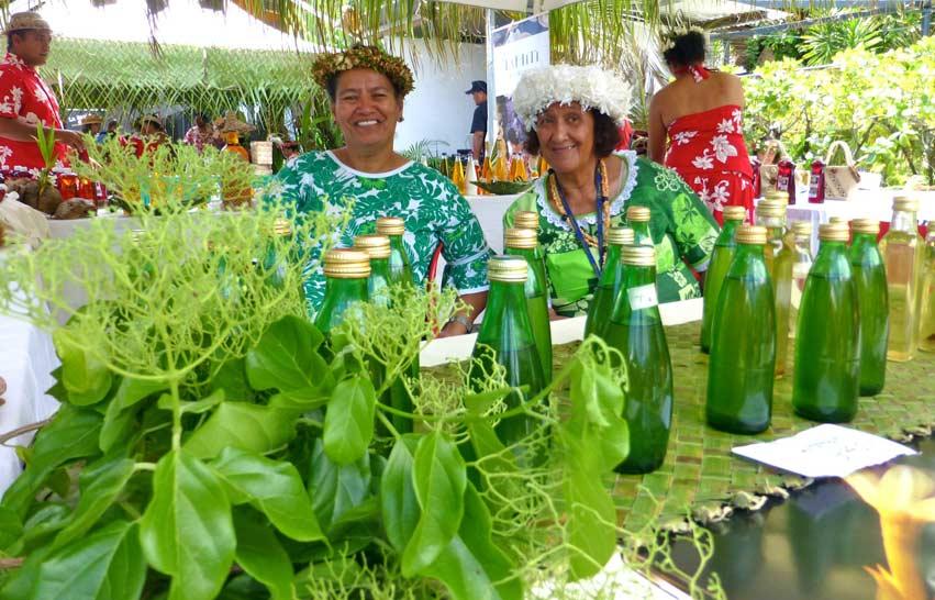 Au Stand des Iles sous le Vent, on se régale des Monoï naturels fabriqués au fare familial de l'île (maison tahitienne)