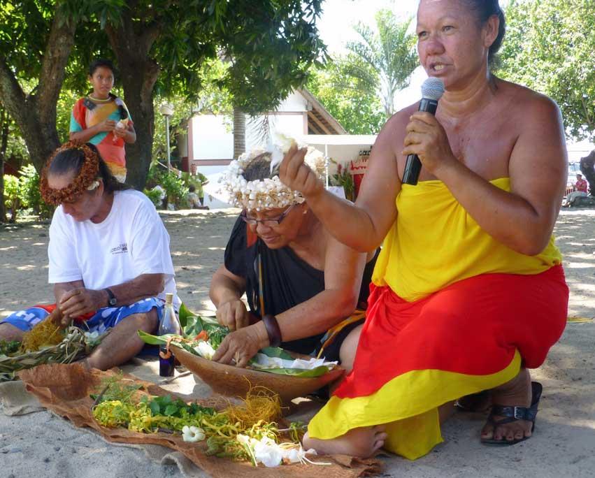 Démonstration, et même transmission orale, pour la préparation d'un Monoi traditionnel des Marquises durant la Semaine du Monoï.