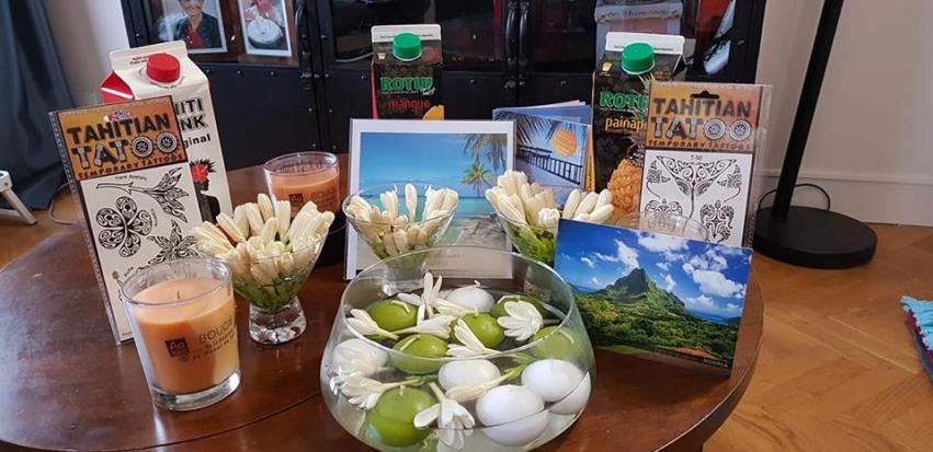 Toute une mise en scène pour Bernadette, à la réception de ses fleurs de Tiare Tahiti