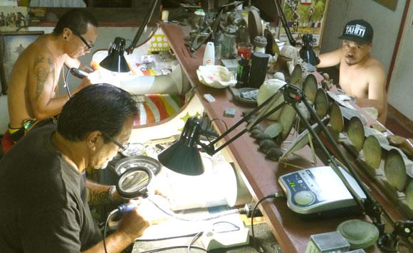 Sur place, nous avons été impressionné par la précision des gestes, l'extrême concentration des artisans créateurs, dans cette atmosphère de poussières de nacre aux parfums marins.