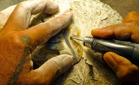 Qui ne connait pas les fameuses gravures sur nacre du Maître Créateur Woïta réalisées dans l'atelier situé dans la vallée de Hamuta à Pirae sur l'île de Tahiti ?