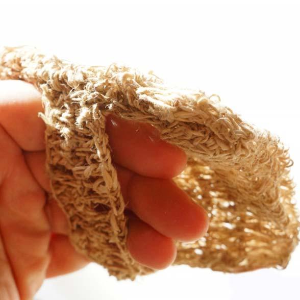 Passez les 4 doits de votre main dans la hanse du carré de gommage, positionnez la matière tissée du coté paume de la main.
