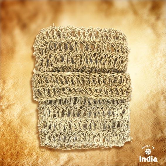 Ce carré de gommage en chanvre naturel d'Himalaya propose une hanse pour l'utiliser avec la main, et une poche pour mettre le savon.