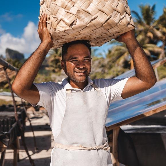 Winter en action sur le site de production de Bora Bora Sea Salt