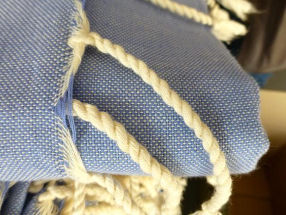 Détails des finitions et franges tressées en coton (Photo non contractuelle il s'agit d'une autre Fouta similaire)