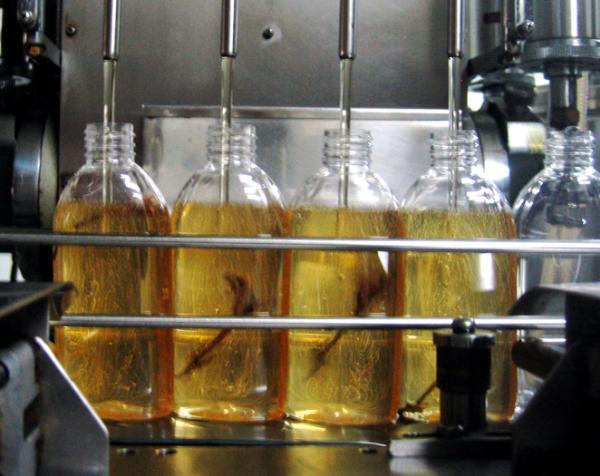 Les Monoï Tiki Tahiti sont fabriqués selon des techniques ancestrales et mis en bouteille à la Parfumerie Tiki depuis 1942