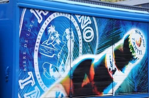 Des trucks de livraison ultramodernes, décorés à l'américaine, sillonnent les routes de Tahiti et ses Îles, aux couleurs de la Marque.