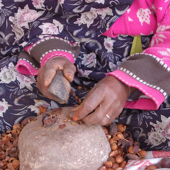 En reversant 1% de son chiffre d'affaire, Nafha soutient l'association « Al Mahabba », qui vient en aide à trois générations de femmes et d'enfants : soutien aux mères et grand-mères travaillant au concassage des noix d'Argan.