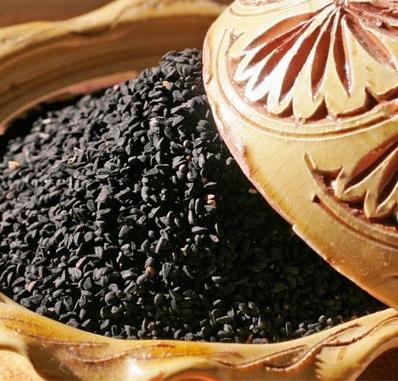 Du latin « nigellus » noirâtre en référence à la couleur des graines de Cumin noir, l'huile de Nigelle (ou Nigella ou encore huile de Kalinji) est une huile fluide de couleur vert brun d'odeur épicée.