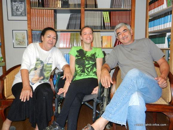 Nathalie Heirani Salmon-Hudry avec sa mère à gauche, et son éditeur Christian Robert à droite. Photo © Tahiti-Infos.