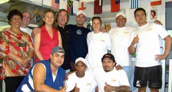 Autour de Mr Phillipe Maunier, de sa femme Nirvana et de leur fils, toute l'équipe de la Savonnerie de Tahiti pose pour vous : Maitai roa !!!