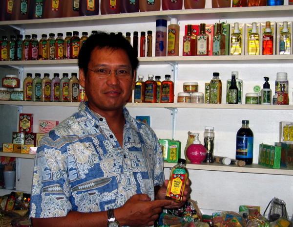 Le Directeur de la Parfumerie Tiki nous présente son Monoï Culte : Daniel Langy assure la continuité de l'entreprise familiale créée en 1942 et veille au quotidien sur la qualité de sa célèbre gamme Tiki Tahiti.