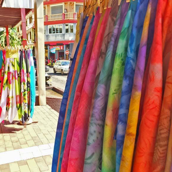 Au Marché de Papeete, les paréos fabriqués à Tahiti trônent aux côtés des paréos importés d'Asie.