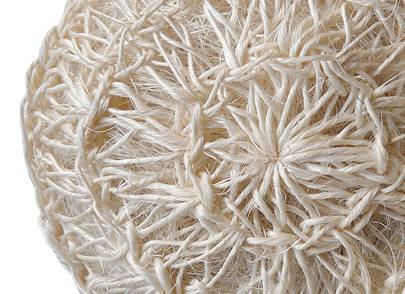 La pelote de Sisal est maniable comme un gant et efficace comme une brosse. Cette fibre végétale, à la fois très résistante et souple, est d'une grande longévité. Les masseurs l'utilisent au hammam pour dynamiser l'épiderme