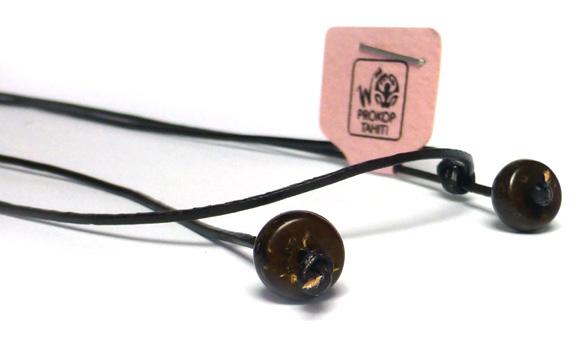 Motif monté sur un anneau en argent, collier en cuir sombre ajustable,  finitions en Perles de Bois de Cocotier.
