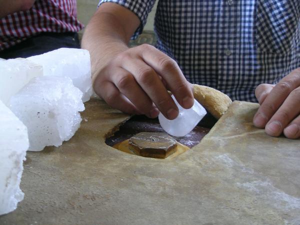 Taillage et polissage de la Pierre d'Alun : geste précis requis dû à la fragilité de ce minerai translucide.