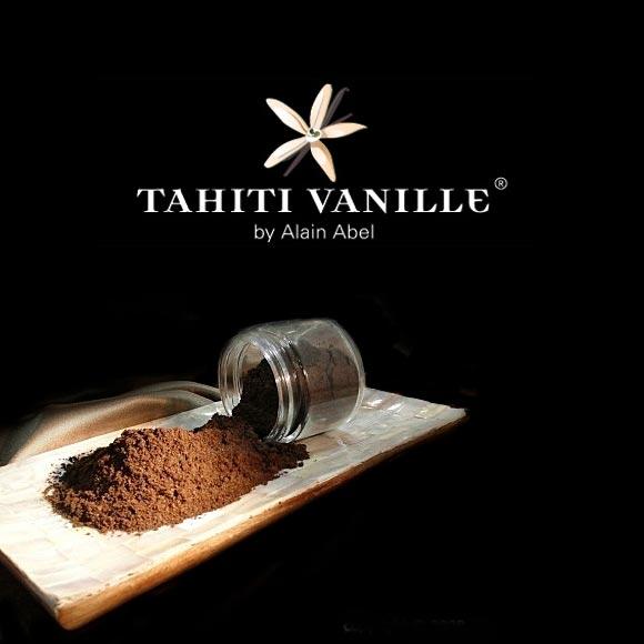 Cette poudre pure est issue des crus de plantations habilement mélangés pour obtenir une palette aromatique de notes onctueuses, fleuries et chocolatées typiques de la Vanille de Tahiti.