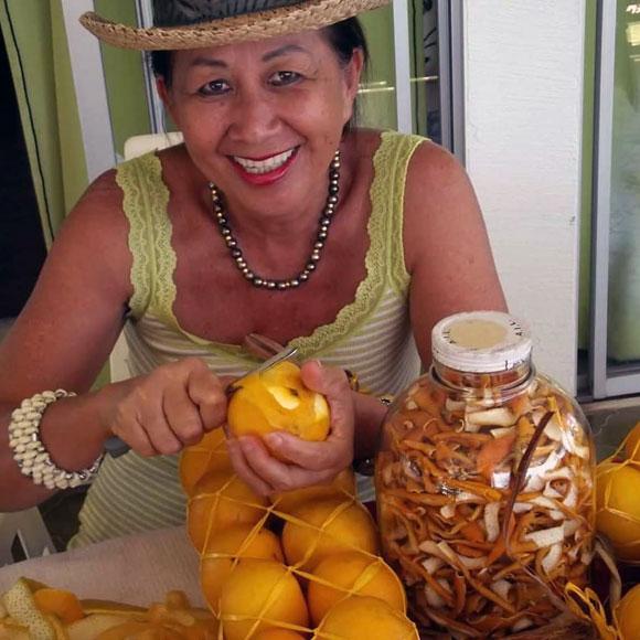 Tamure Rhum, une histoire de famille. Ici, la femme de David Moux prépare les oranges descendues du plateau de Tamanu à Punaauia lors de la cueillette annuelle..