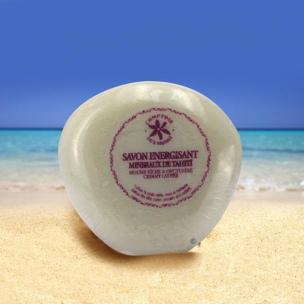 Jolie forme ergonomique toute en rondeur pour ce savon aux micro-nacres de Polynésie. Douche purifiante senteur bambou !