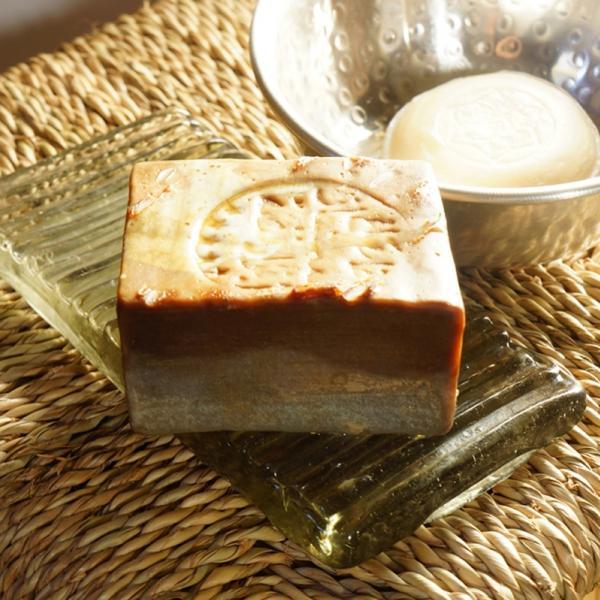 Ce savon d'Alep, façonné par un Maître Savonnier de Syrie, est fabriqué dans la plus pure tradition : 100 % naturel. Sans colorant. Sans conservateur. Sans parfum artificiel, ni adjuvent. Entièrement biodégradable. Et 20 % de Laurier !!!