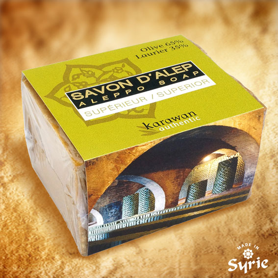 Ce savon d'Alep, façonné par un Maître Savonnier de Syrie, est fabriqué dans la plus pure tradition : 100 % naturel. Sans colorant. Sans conservateur. Sans parfum artificiel, ni adjuvent. Entièrement biodégradable. Et 35 % de Laurier !!!