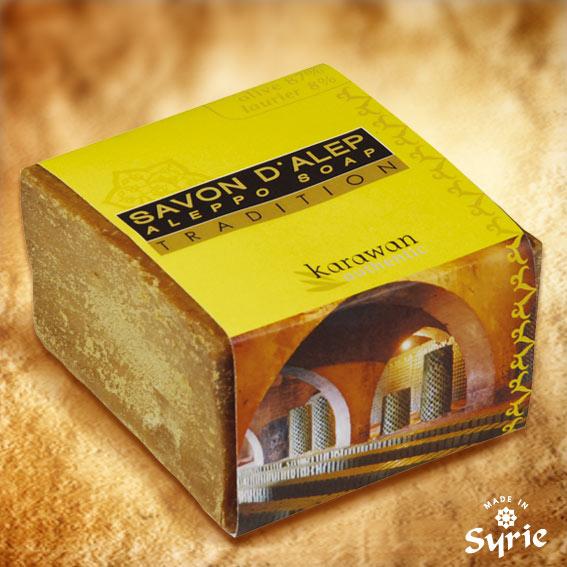 Ce savon d'Alep, façonné par un Maître Savonnier de Syrie, est fabriqué dans la plus pure tradition : 100 % naturel. Sans colorant. Sans conservateur. Sans parfum artificiel, ni adjuvent. Entièrement biodégradable. Un Vrai !