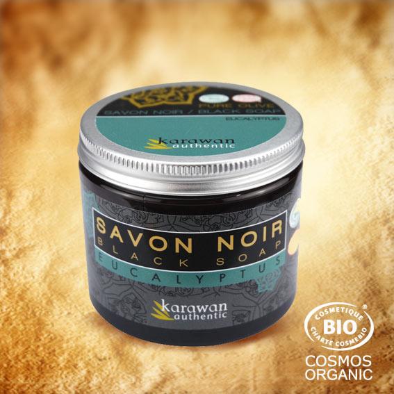 Ce savon noir 100% végétal, mou comme un caramel à l'image de sa couleur miel, est composé d'huile d'olive bio et réalisé selon la recette ancestrale marocaine, avec de l'huile essentielle d'Eucalyptus. Vivifiant !