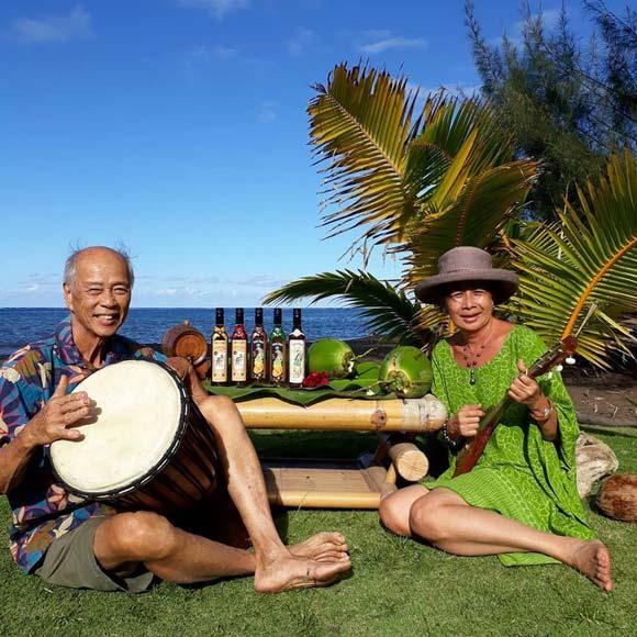 David Moux, le créateur de Tamure Rhum pose avec son épouse dans un décor typiquement polynésien.